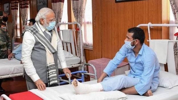 莫迪到医院探望与中国解放军冲突的印兵。