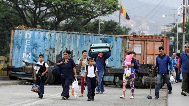 Venezuelanos cruzam fronteira com a Colômbia