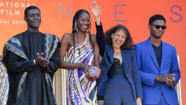 Mati Diop 2me  partir de la droite en compagnie des acteurs du film Atlantique au 72me Festival de Cannes le 16 mai 2019