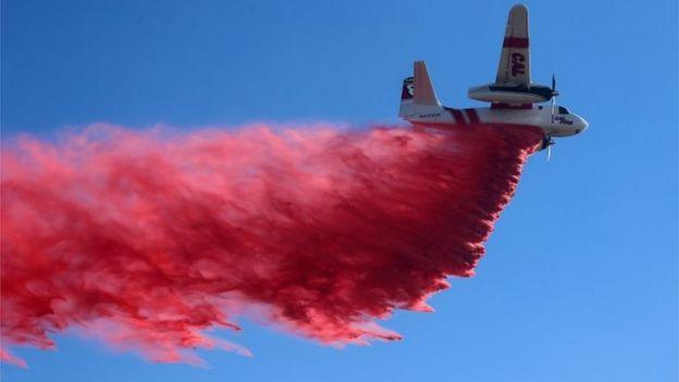 Avión hidrante en California