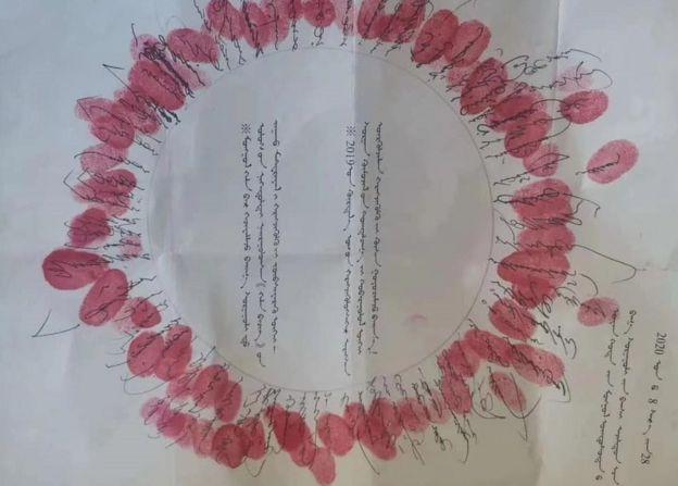 """内蒙古的蒙古语请愿者使用了内蒙古历史上""""独贵龙""""运动的签名方式,把名字签成圆圈并按手印,显示抗议者平等承担责任,没有首要领导者"""