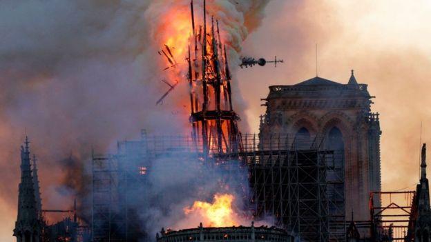 Em chamas, torre central começa a despencar