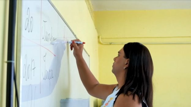 Alexya Salvador na sala de aula