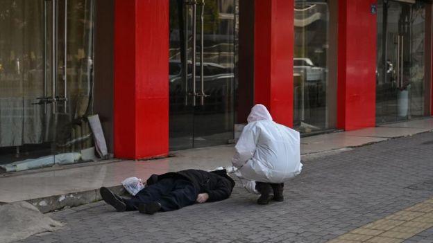 Một người đàn ông ngã xuống trên đường phố Vũ Hán