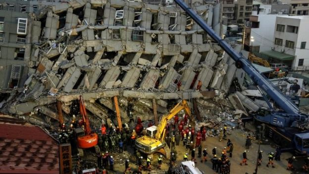 Rescuers search for survivors from a collapsed building following a 6.4 magnitude earthquake struck on 06 February in Tainan City, southern Taiwan, 07 February 2016