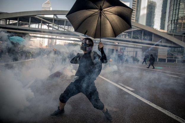 Un manifestante durante los enfrentamientos.