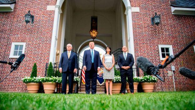 Trump dando declaraciones desde Nueva Jersey junto a Rex Tillerson, Nikki Haley y H. R. McMaster.