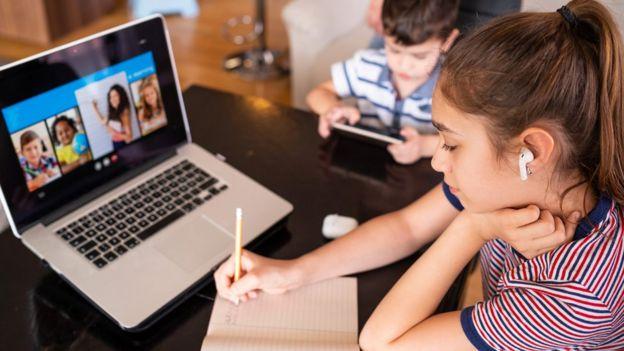 Ninos con computador