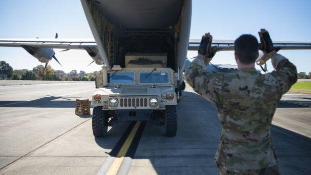 Un vehículo militar es llevado a un avión