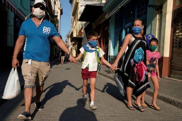 Una familia camina por La Habana