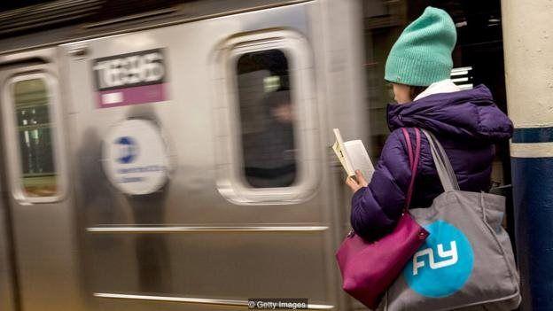 با توجه به طولانیتر شدن سفرهای شهری و اینکه جوانها کتابهای بیشتری میخوانند، ناشران شروع به انتشار کتابهایی مناسب این روندهای تازه کردهاند