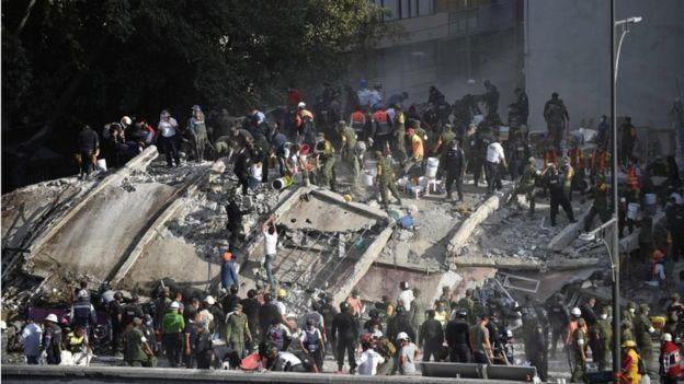 Bomberos y equipos de rescate buscan entre los escombros sobrevivientes del terremoto de 7,1 que golpeó a México en 2017.