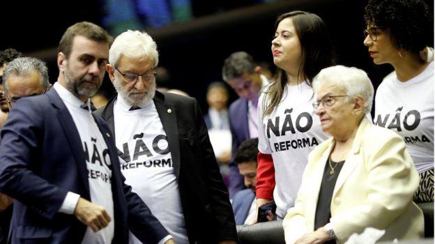 Em imagem de julho, deputados de oposição aparecem com camisas estampadas com os dizeres: 'Não à reforma'