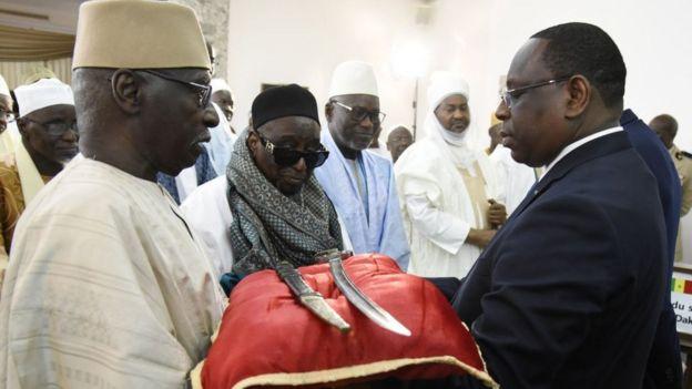 Le président sénégalais Macky Sall (à droite) reçoit l'épée El Hadj Omar Tall lors d'une cérémonie avec le Premier ministre français Edouard Philippe au Palais de la République à Dakar, Sénégal, le 17 novembre 2019.