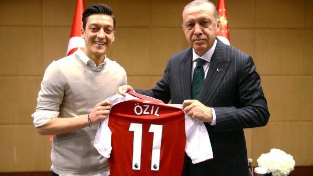 Mesut Özil, Cumhurbaşkanı Recep Tayyip Erdoğan'a imzalı Arsenal formasını hediye etmişti
