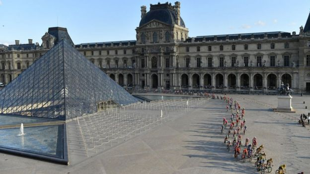 Peloton en el Louvre