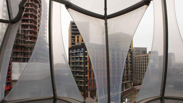 Una vista desde el interior de la nueva embajada de EE.UU. en Londres