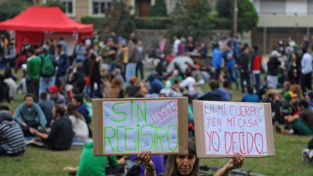Uruguayans protesting against the cannabis register