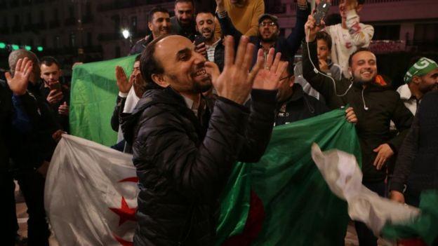 Les algérois chantent et dansent de joie.