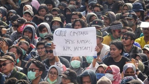 Ribuan orang dari beragam kelompok, termasuk mahasiswa, mengikuti aksi #GejayanMemanggil di Simpang Tiga Colombo, Gejayan, Yogyakarta, Senin (23/09).