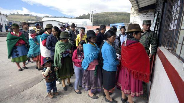 Votantes en el referendo en Ecuador.