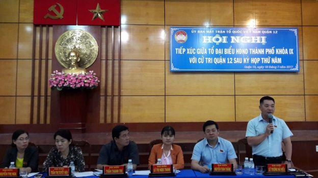 Ông Lê Trưởng Hải Hiếu (ngoài cùng, bên phải hình) đang là Chủ tịch UBND quận 12