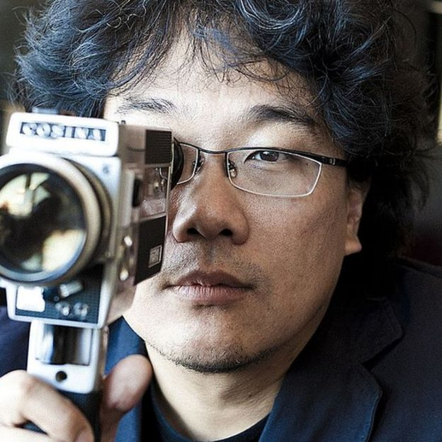 Bong Joon Ho con una cámara portátil de cine
