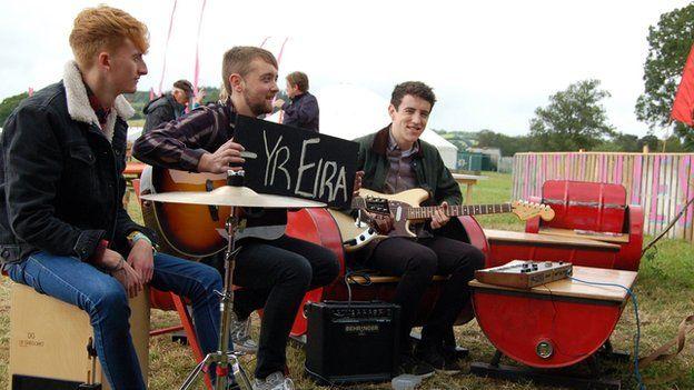 Yr Eira'n edrych ymlaen am sesiwn yng Nghaffi Maes B // Members of Welsh band, Yr Eira prepare for a session at Caffi Maes B
