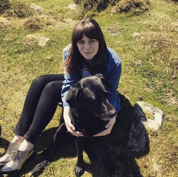 Мишель обнимает собаку
