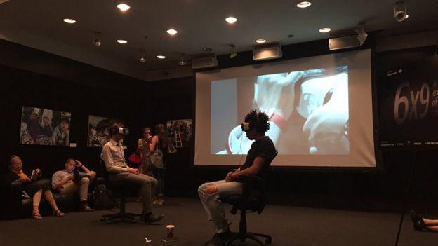 Asistentes al festival con sus dispositivos de realidad virtual