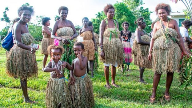 familias bougainville en ropa tradicional