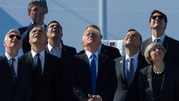 Rey Felipe de Bélgica; Jens Stoltenberg, secretario general de la OTAN; Alexis Tsipras, primer ministro griego; Donald Trump; Andrzej Duda, presidente de Polonia; Theresa May, primera ministra británica; y Justin Trudeau, primer ministro canadiense miran aviones volar durante una ceremonia en la nueva sede de la OTAN, en Bruselas, en mayo de 2017.
