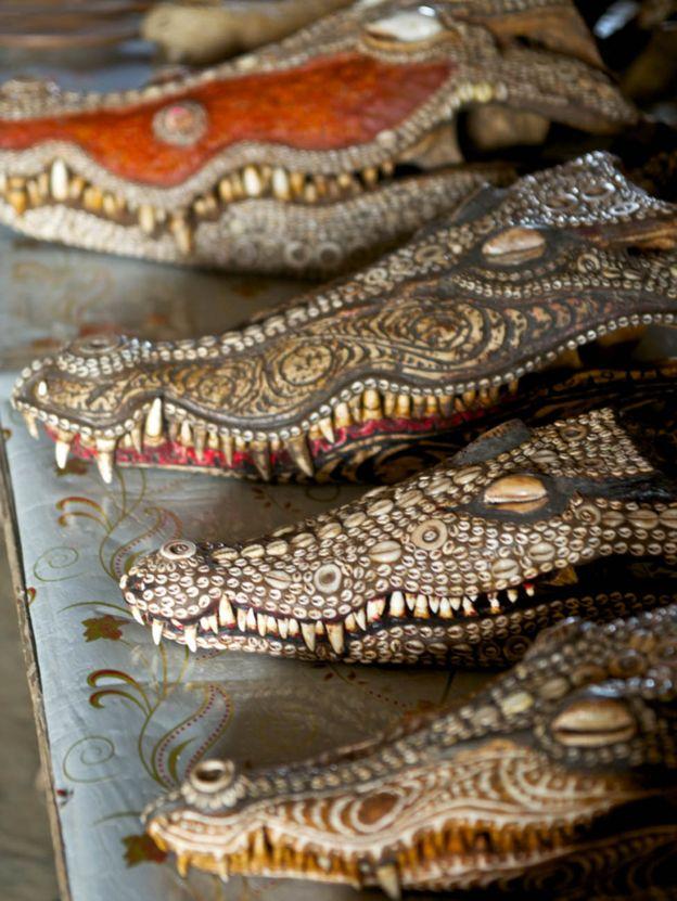 Crocodile heads decorated in Kaminimbit