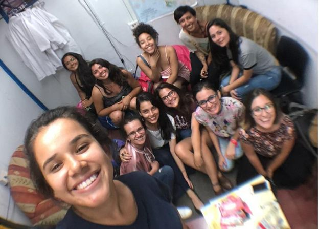 Alumnas de la Universidad Nacional de Costa Rica se reúnen para hablar de acoso y abusos en su centro.