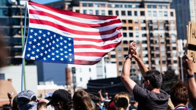 Protesters wave an US flag turned upside down in Chicago. Photo: 6 June 2020