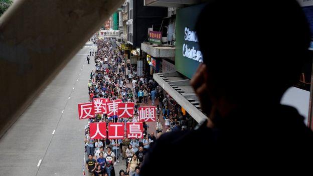 組織示威的團體指高峰期有約20,000萬參加遊行,香港警察就說參加者約5,800人。
