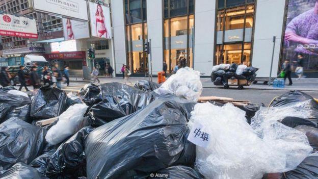 Cư dân Hồng Kông có thể sớm phải trả một khoản phí nhỏ cho mỗi túi rác mà họ thải đi.