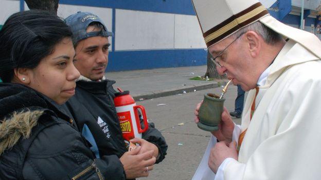 El papa francisco bebiendo mate cuando todavía era el cardenal Bergoglio