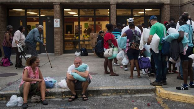 Personas entrando a un refugio de la ciudad para protegerse del huracán Florence.