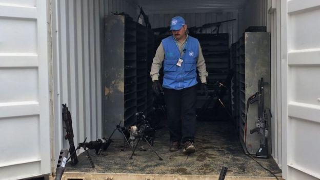 Capitán Jorge Vélez, miembro de las Fuerzas Armadas de Argentina y de la misión de Observadores de la ONU, saliendo de un contenedor de armas.