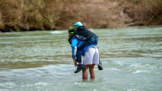 Famílias de migrantes com crianças cruzam todos os dias o Rio Grande na tentativa de chegar aos Estados Unidos
