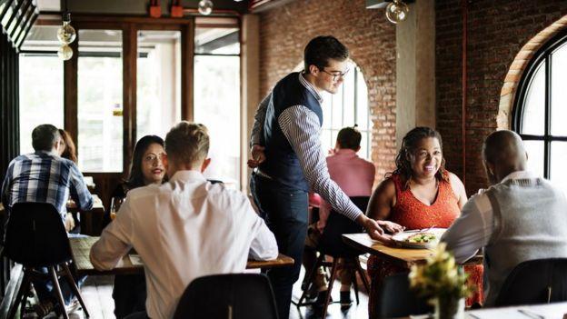 Restaurante com mesas bem espaçadas