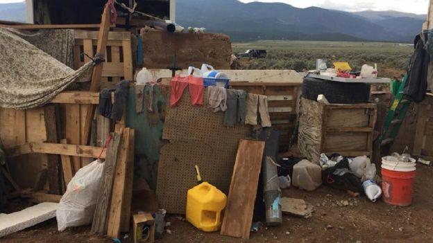 Imagem mostra roupas penduradas, pedaços de madeira e outros objetos na área onde 11 crianças famintas e em condições precárias de vida foram encontradas no meio do deserto no Novo México.