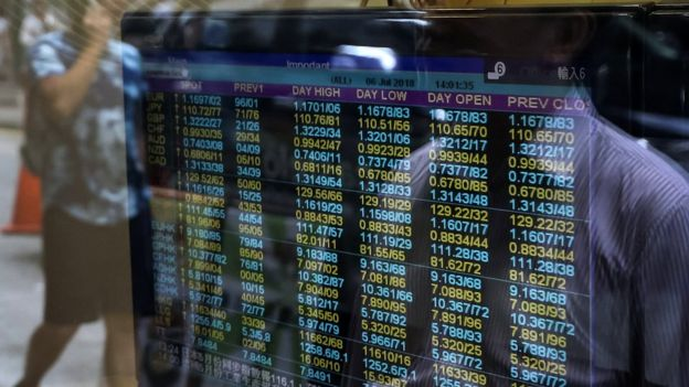 Màn hình cho thấy tỷ giá ngoại hối ở Hong Kong sáng ngày 6/7.