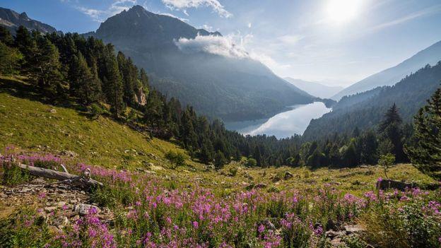 Segundo a Wikipédia, essa imagem do Parque Nacional Aigüestortes e Estany de Sant Maurici, na Catalunha, Espanha, foi removida em abril como parte da ação de marketing da The North Face