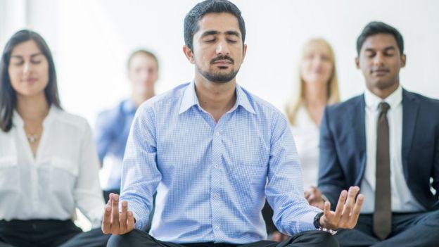 Empleados meditando