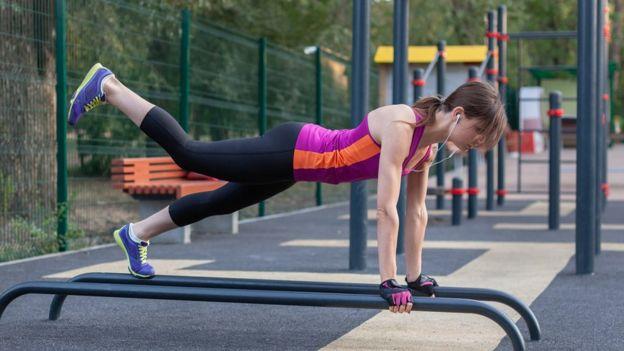 Mujer haciendo ejercicio.