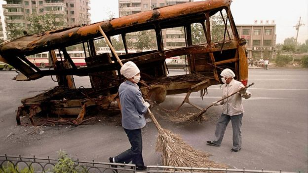 Công nhân vệ sinh Trung Quốc dọn dẹp sau biểu tình ở Thiên An Môn 1989