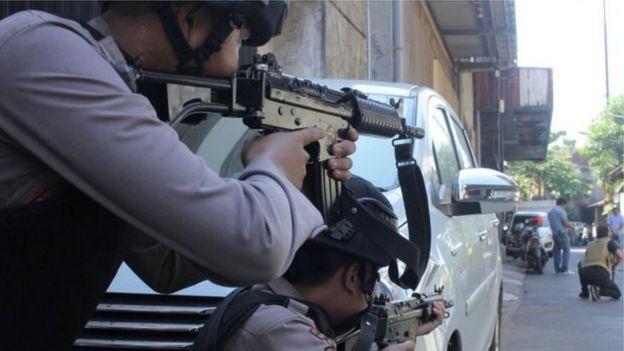 Homens com fuzis fazem a segurança em Jacarta