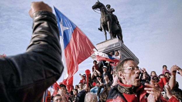 Chilenos celebrando en la capital, Santiago.